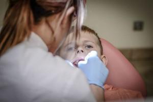 専門医に聞いた!子どもの歯に『フッ素』を塗っても大丈夫?