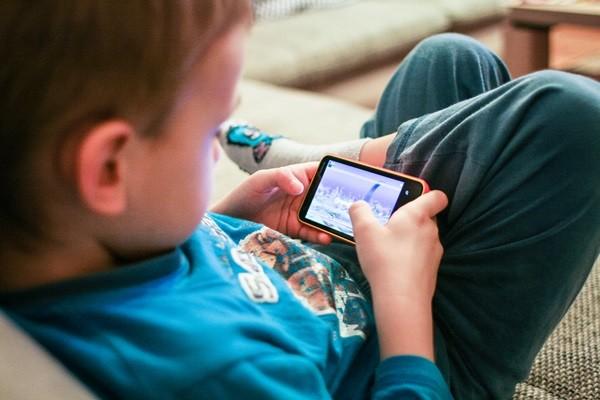 1日2時間以上ネット利用が当たり前!気になる子どもの『スマホ依存』と親の対策