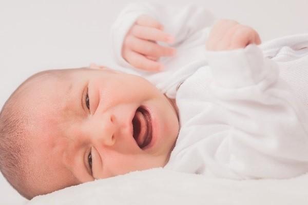 その夜泣き、便秘かも?泣き止まない赤ちゃんのベビーマッサージテク