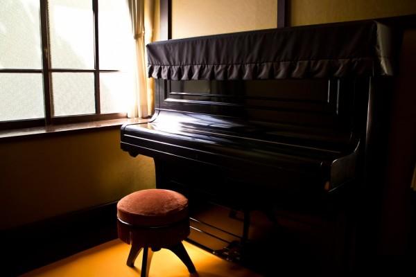 夜泣きに悩むママ必見!『タケモトピアノのCM』で赤ちゃんが泣き止む!?