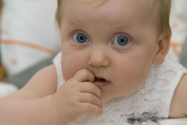 子どもの『指しゃぶり』による影響と無理なくやめさせる方法