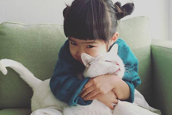 猫×子どものインスタがかわいすぎる!猫と暮らすことのメリットとは?
