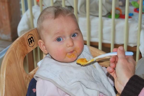 急に嫌がるようになるのはなぜ?離乳食中期(9~11ヶ月頃)のよくあるお悩みQ&A