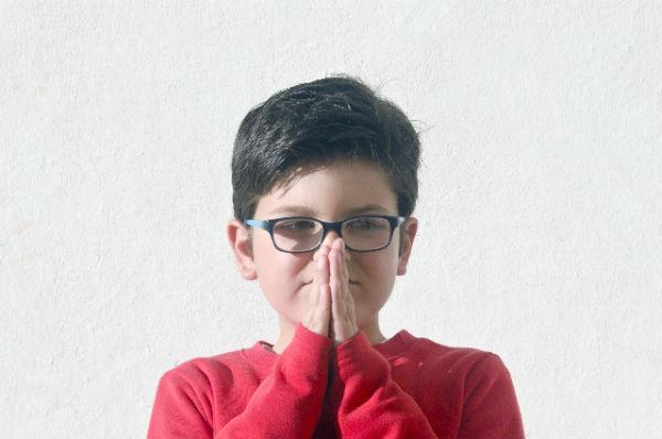 子どもの『爪噛み』は愛情不足やストレスが原因かも…やめさせる方法は?