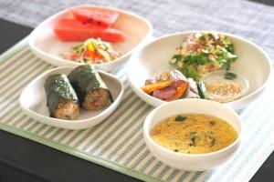 見た目もおしゃれで食洗機&電子レンジもOK!セリアの『プラスチック食器』がとっても優秀!