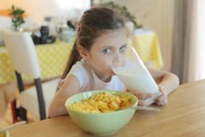 栄養満点?体によくない?牛乳って結局のところ、子どもに必要なの?