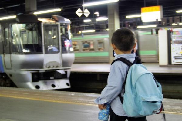 騒ぐ子どもをどうする!?子連れの電車移動、乗り越え方のコツは?