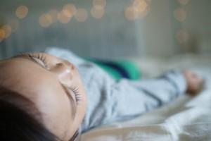 なぜまだ続く!?イヤイヤ期2歳児の夜泣き、原因と対策