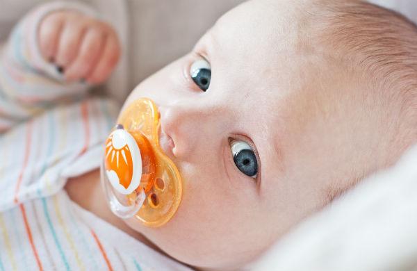お願い泣きやんで~!赤ちゃんの夜泣きに『おしゃぶり』はあり?なし?