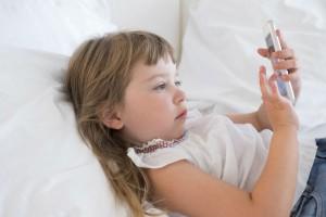 スマホ育児を続けるとどうなる?知っておきたい子どもへの影響