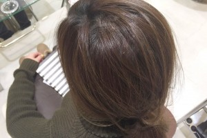 髪のトップにボリュームを出す方法!簡単にポニーテールの割れ目がふんわり手直しできちゃう
