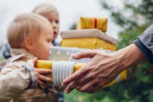"""2歳の男の子へのプレゼントは子どもの""""興味""""がヒント!おすすめのプレゼント5選!"""