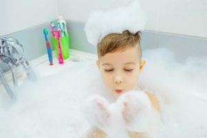 お風呂に子供が一人で入るのはいつから?親子入浴がもたらす子どもへの影響とは?