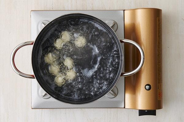 粉っぽさがなくなったら一口大にまとめ、熱湯に入れる