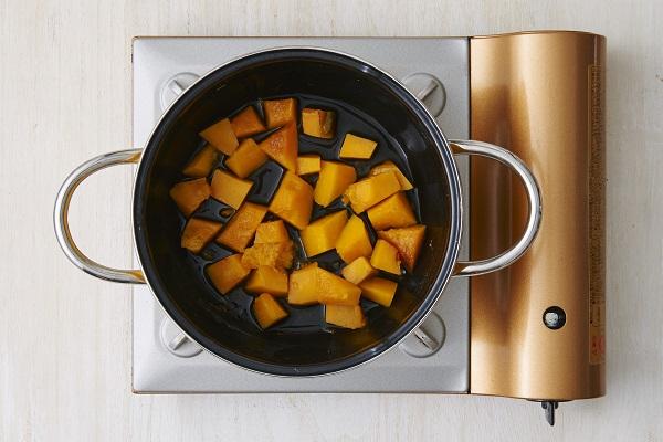 鍋に鍋底3mmほどの水(分量外)、一口大に切ったかぼちゃ、ひとつまみの塩(分量外)を入れ、ふたをし弱火でやわらかくなるまで蒸し煮する