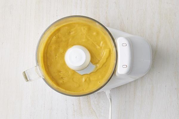 フードプロセッサーに4、デーツ、ココナッツミルクを入れ混ぜる。全体がなめらかになったら水を加えさらに混ぜる