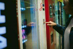 子どもたちも大興奮!変わった商品を扱う『自動販売機』
