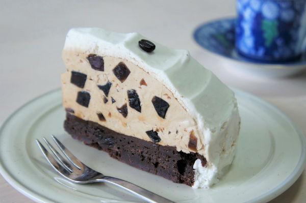 大人リッチなほろ苦さ!スタバの新作『珈琲ゼリーケーキ』は濃厚ブラウニーがおいしさ底上げ!