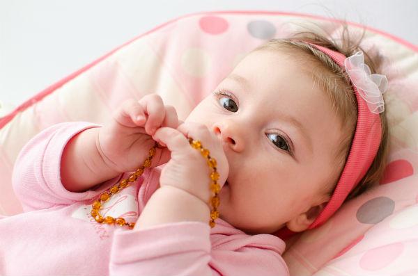 赤ちゃんの夜泣き対策に!海外で取り入れられている『アンバーネックレス』って?