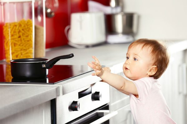 """乳幼児に多いキッチンの""""やけど事故""""、ママが注意すべきポイントとは?"""